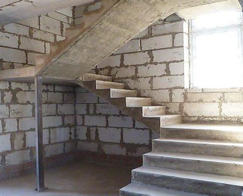 установка бетонной лестницы квадратной