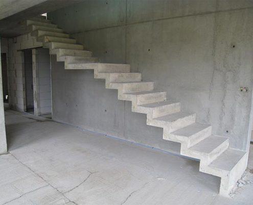 пряма бетонная лестница