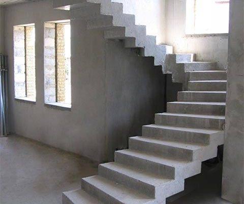 полукруглая бетонная лестница