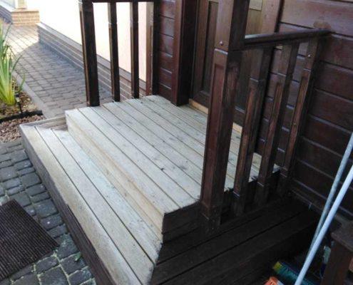 деревянная входная лестница на улице