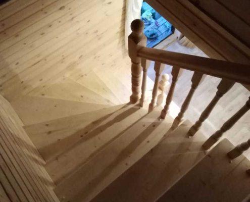 деревянная лестница в каркасный дом