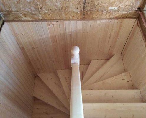 деревянная лестница с поручнями