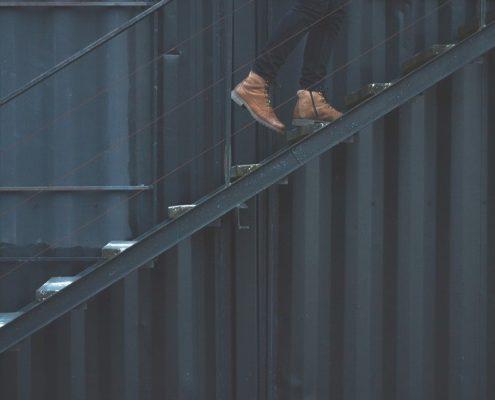 монтаж металлической лестницы на второй этаж